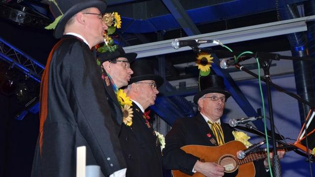 Vier Männer auf der Bühne
