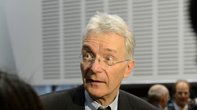 Frank Schürmann beantwortet die Fragen der Journalisten