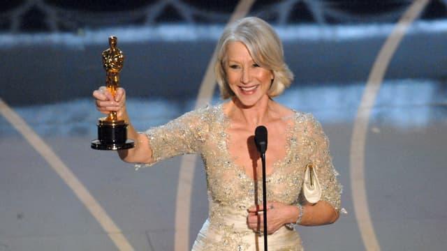 Frau mit Oscar-Statuette.