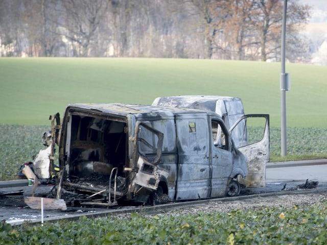 Zwei ausgebrannte Fahrzeuge