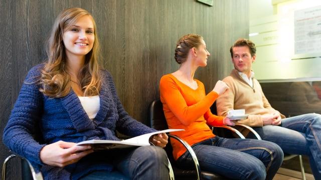 Drei jung Patienten in einem Wartezimmer