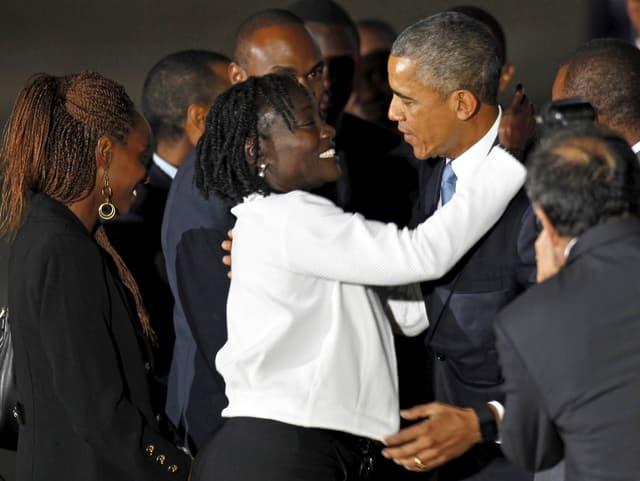 Barack Obama wird freudig von seiner Halbschwester Auma Obama begrüsst.