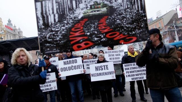 Demonstranten fordern auf einer Kundbegung in Zagreb (2013) ein Verbot des Kyrillischen auf Ortstafeln.