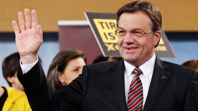 Platter winkt und lächelt nach Bekanntwerden seines Wahlsiegs. Im Hintergrund ÖVP-Anhänger.
