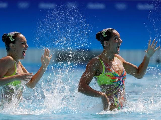Schwimmerinnen winkend.