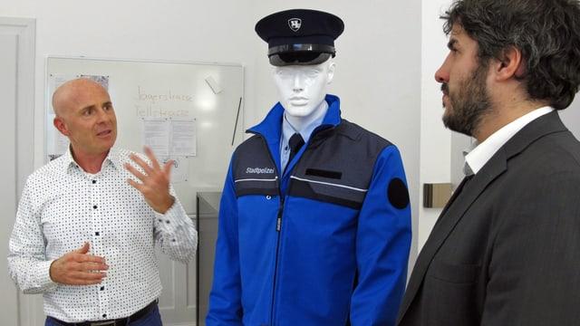 Verwaltungspolizei-Chef Romeo Bettini stellt an einer Puppe die neue Polizeiuniform vor.