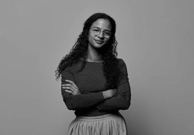 Portraitaufnahme von Cevincia Singleton in schwarz weiss.
