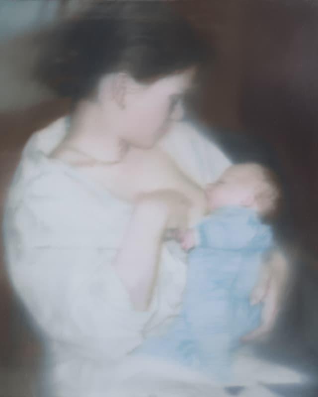Frau stillt Baby.