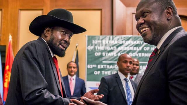 Zwei Männer, einer von ihnen mit schwarzem Cowboyhut.