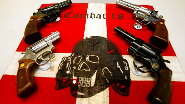 Sichergestellte Waffen und Propaganda der Gruppe Combat 18