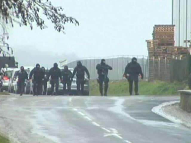 Polizisten in Vollmontur auf einer Strasse