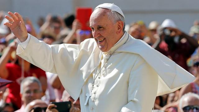 Papst Franziskus winkt der Menge