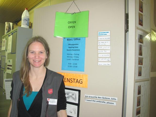 Katrin Santschi vor dem Büro in der Asylunterkunft in Hindelbank