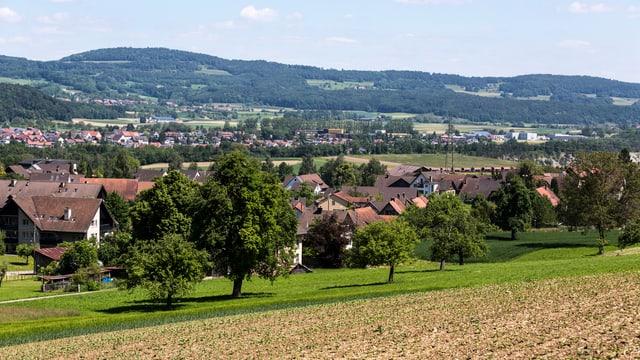 Eine ländliche Landschaft mit einem kleinen Dorf.