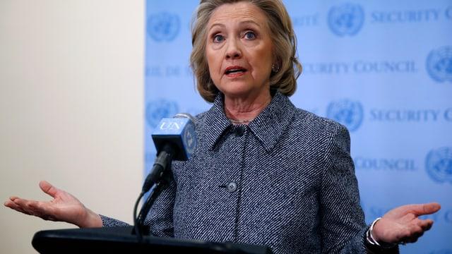 Hillary Clinton achselzuckend an der Medienkonferenz in New York.