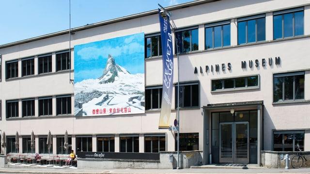 Haus mit Matterhornbild an der Fassade.