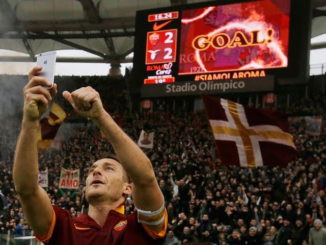 Francesco Totti macht ein Selfie.