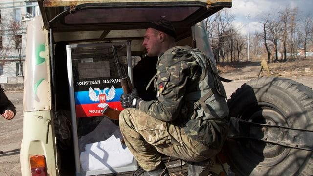 Ein pro-russischer Separatist Anfang November in der ostukrainischen Grossstadt.