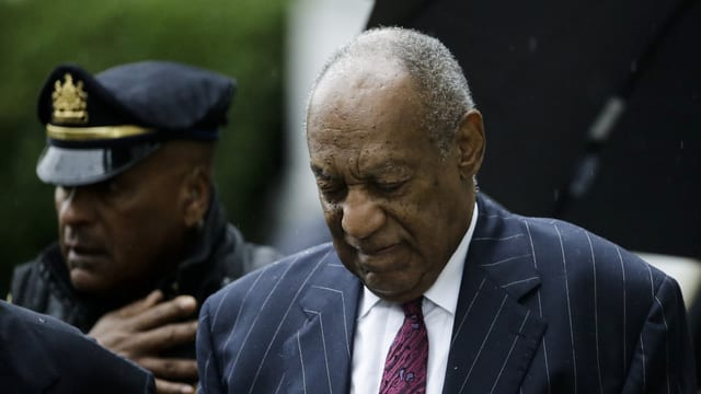 Cosby, daneben Polizist.