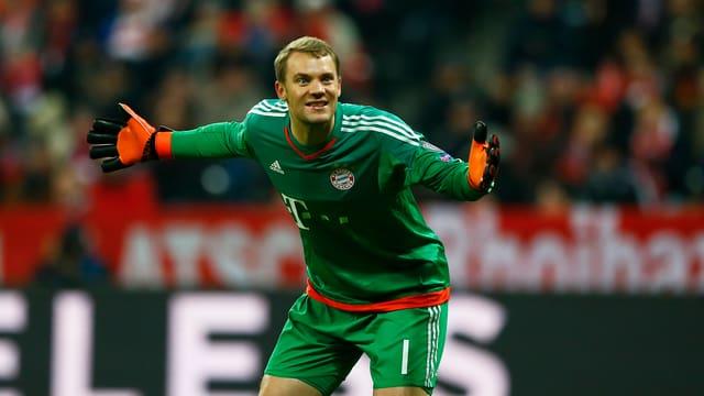 Manuel Neuer gestikuliert im Bayern-Tor.