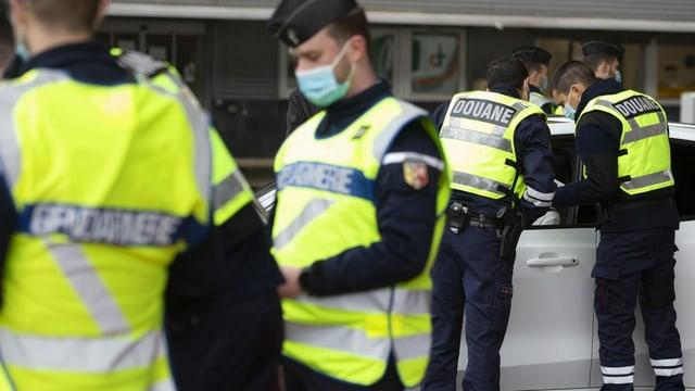 Purtret da policists al cunfin.