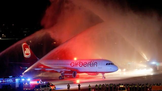 pumpiers da Berlin-Tegel beneventan l'ultima maschina dad Air Berlin cun funtaunas d'aua