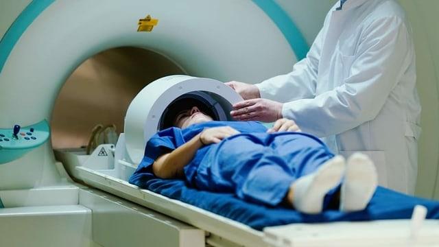 Pazient che vegn manà en in MRI.