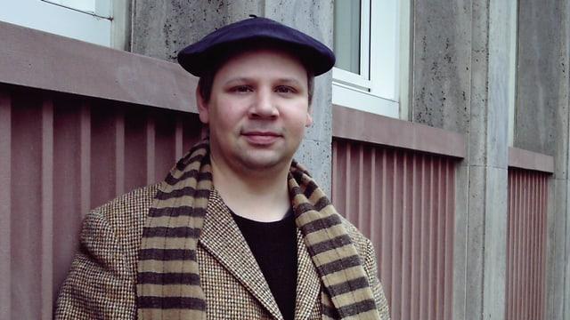 Alexander Nitzberg im Mantel und mit Mütze