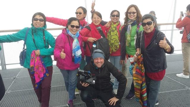 Touristinnen aus China auf dem Jungfraujoch. Mittendrin Kameramann Patrick Gautschy
