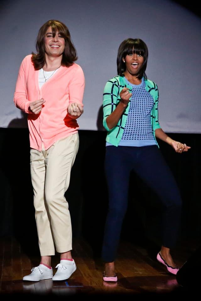 Talkmaster Jimmy Fallon tanzt mit einer sehr jung aussehenden Michelle Obama.