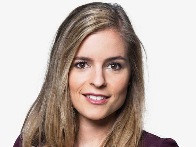 Porträt einer jungen Frau mit dunkelblonden Haaren und braunen Augen.