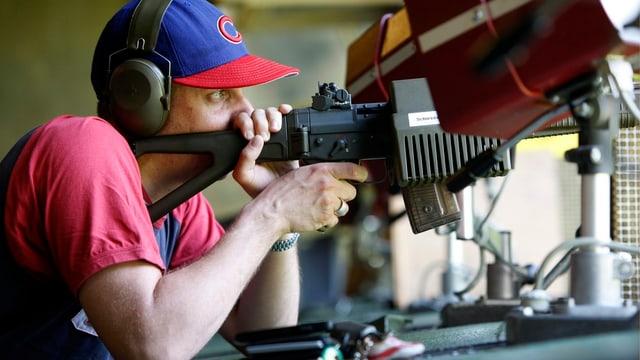 Schütze liegt mit Gewehr im Anschlag