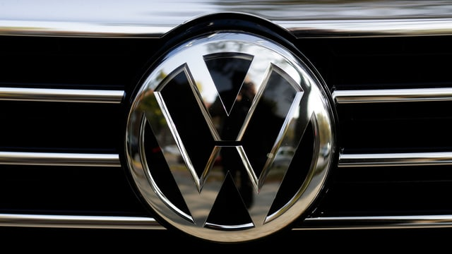 VW-Logo an einem Auto.