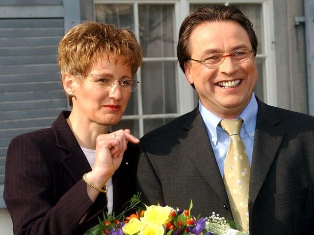 Sabine Pegoraro und Urs Wüthrich mit Blumen.