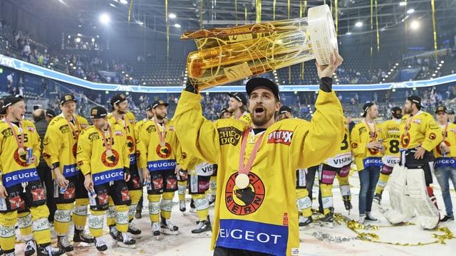 Mark Arcobello cun la trofea da campiun svizzer.