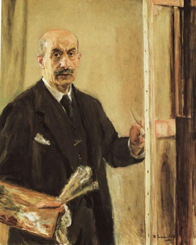 Ein Bild in Gelbtönen zeigt einen älteren Mann, der in Anzug und Krawatte malend vor einer Staffelei steht.