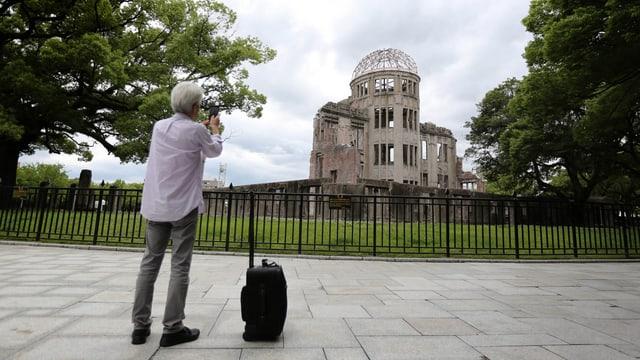 Um fotografescha la ruina simbolica a Hiroshima.