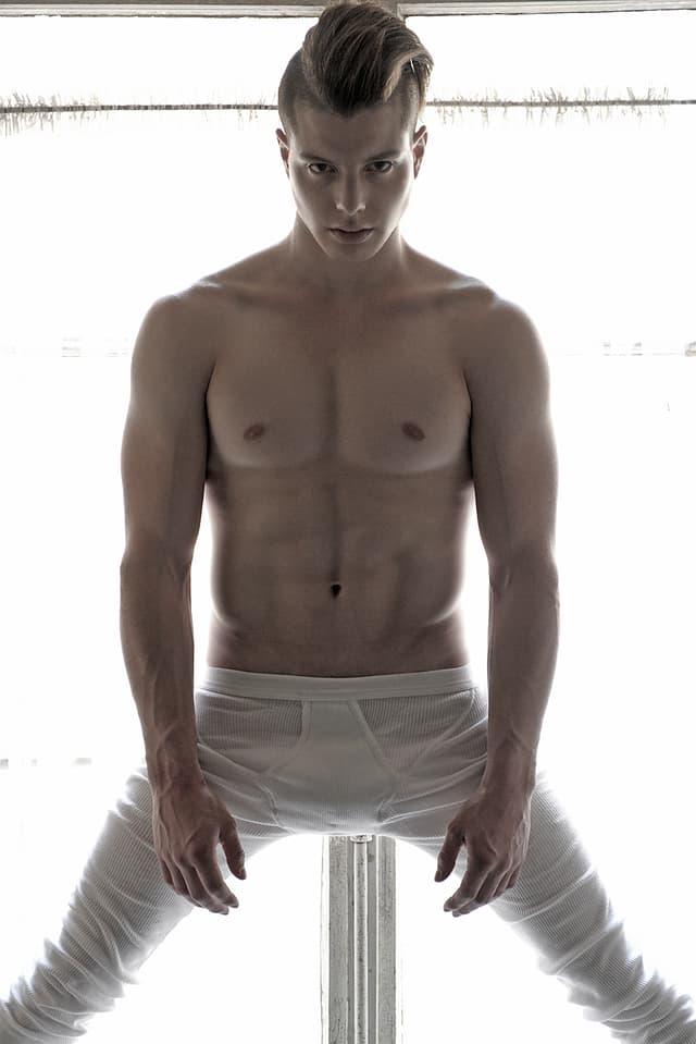 Lucas Fischer posiert dieses Mal mit nacktem Oberkörper und langer, weisser Unterhose.