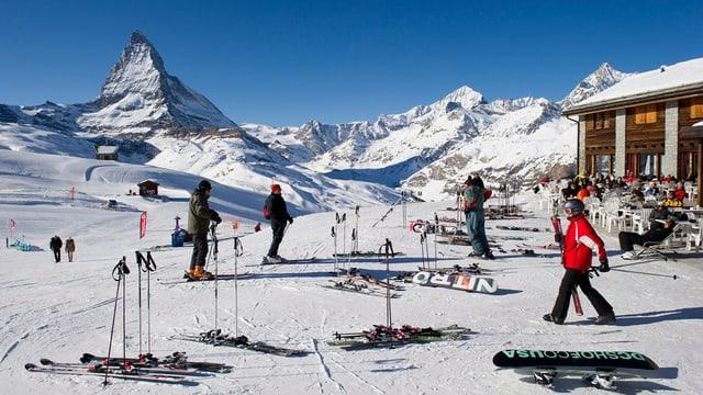 Skifahrer vor dem Matterhorn.