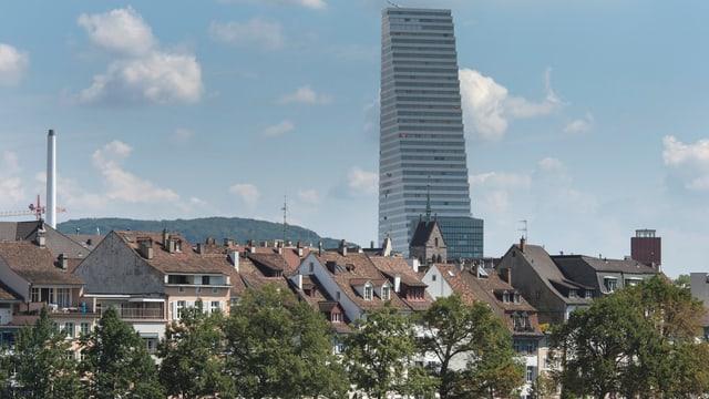 Ein Blick auf den Roche-Turm aus der Ferne