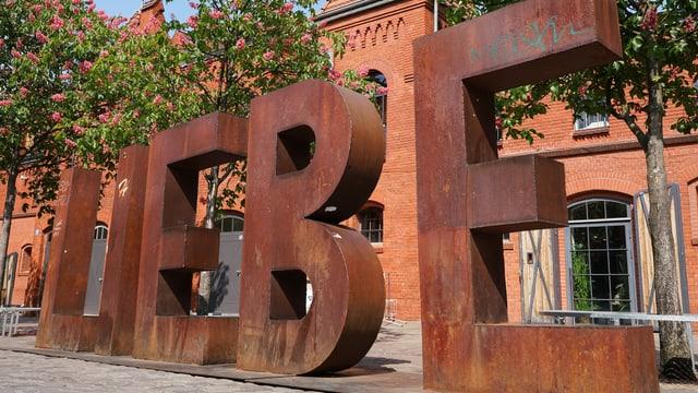 Eine grosse Skulptur mit Buchstaben, die das Wort Liebe bilden.