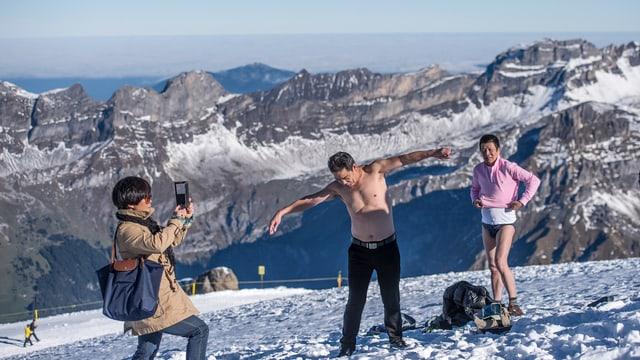 Halbnackte Chinesen stehen im Schnee auf dem Titlis und lassen sich fotografieren.