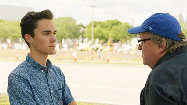Michael Moore spricht mit einem jungen Mann.