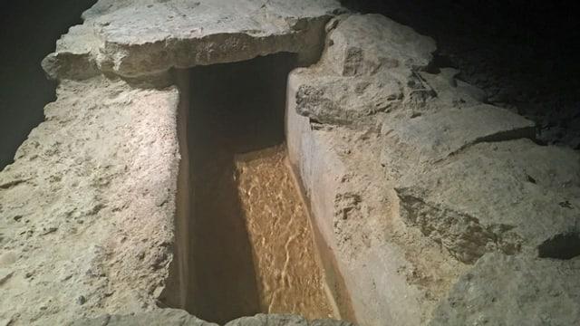 Nah-Aufnahme der steinernen Wasserleitung