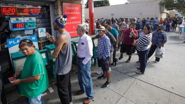 Menschen stehen in der Schlange um ein Los zu kaufen