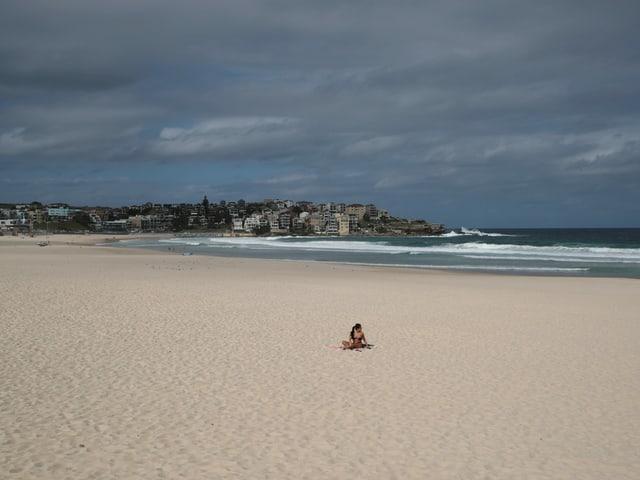 Eine Person am leeren Bondi Beach