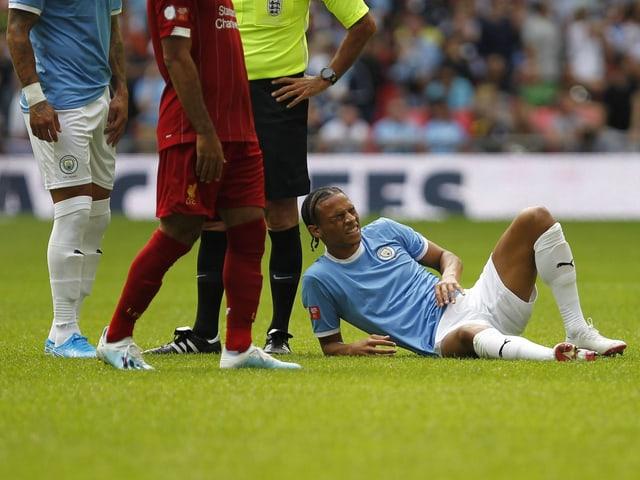 Leroy Sané mit schmerzverzerrtem Gesicht am Boden