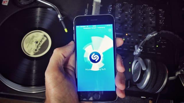 Handy mit Shazam App und Plattenspieler