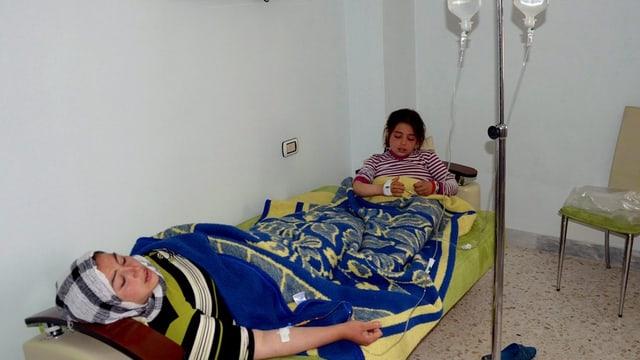 Eine Frau und ein Kind in einem Spitalzimmer