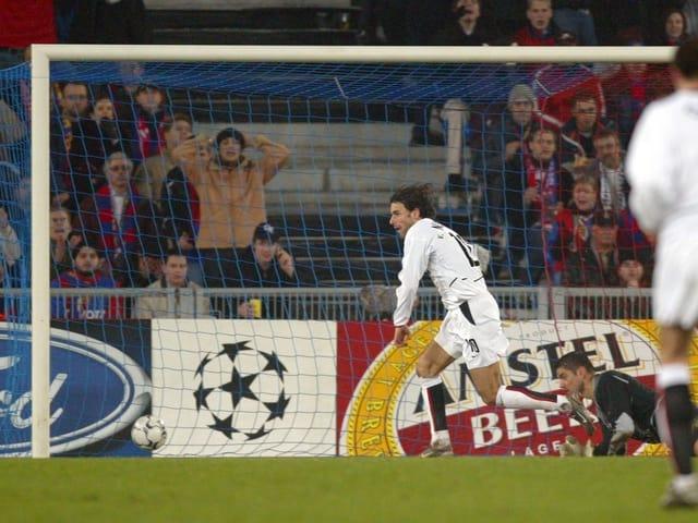 Van Nistelrooy schiesst 2002 ein Tor gegen Basel.